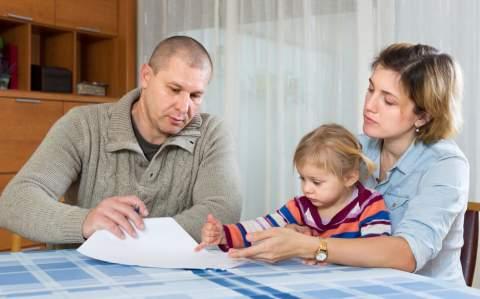 Małżeństwo z dzieckiem przegląda papiery - Twoje aktualne zobowiązania kredytowe mają znaczenie. Habza Finanse