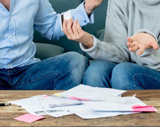 Kobieta i mężczyzna dyskutują na temat kredytu | kredyty konsolidacyjne z Habza Finanse