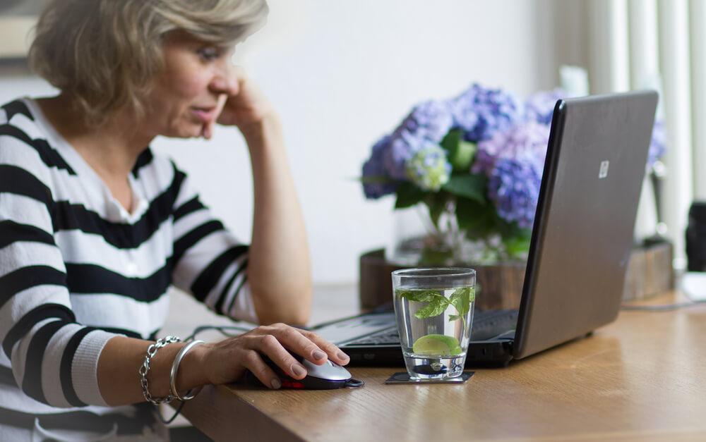 Kobieta przegląda ofertę kredytów oddłuzeniowych Habza Finanse online. Habza Finanse Warszawa, Habza Finanse Bydgoszcz, Habza Finanse Zwoleń