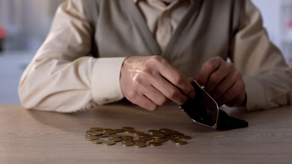 Mężczyzna liczący monety i wkładający je do portfela - gotówka do ręki w Habza Finanse. Habza Finanse Warszawa, Habza Finanse Bydgoszcz, Habza Finanse Zwoleń