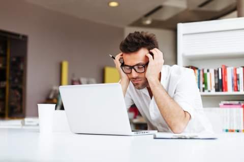 Mężczyzna zmęczony analizą zdolności kredytowej; dzięki specjalistom Habza Finanse bez problemu dowiesz się, na jaki kredyt możesz liczyć.