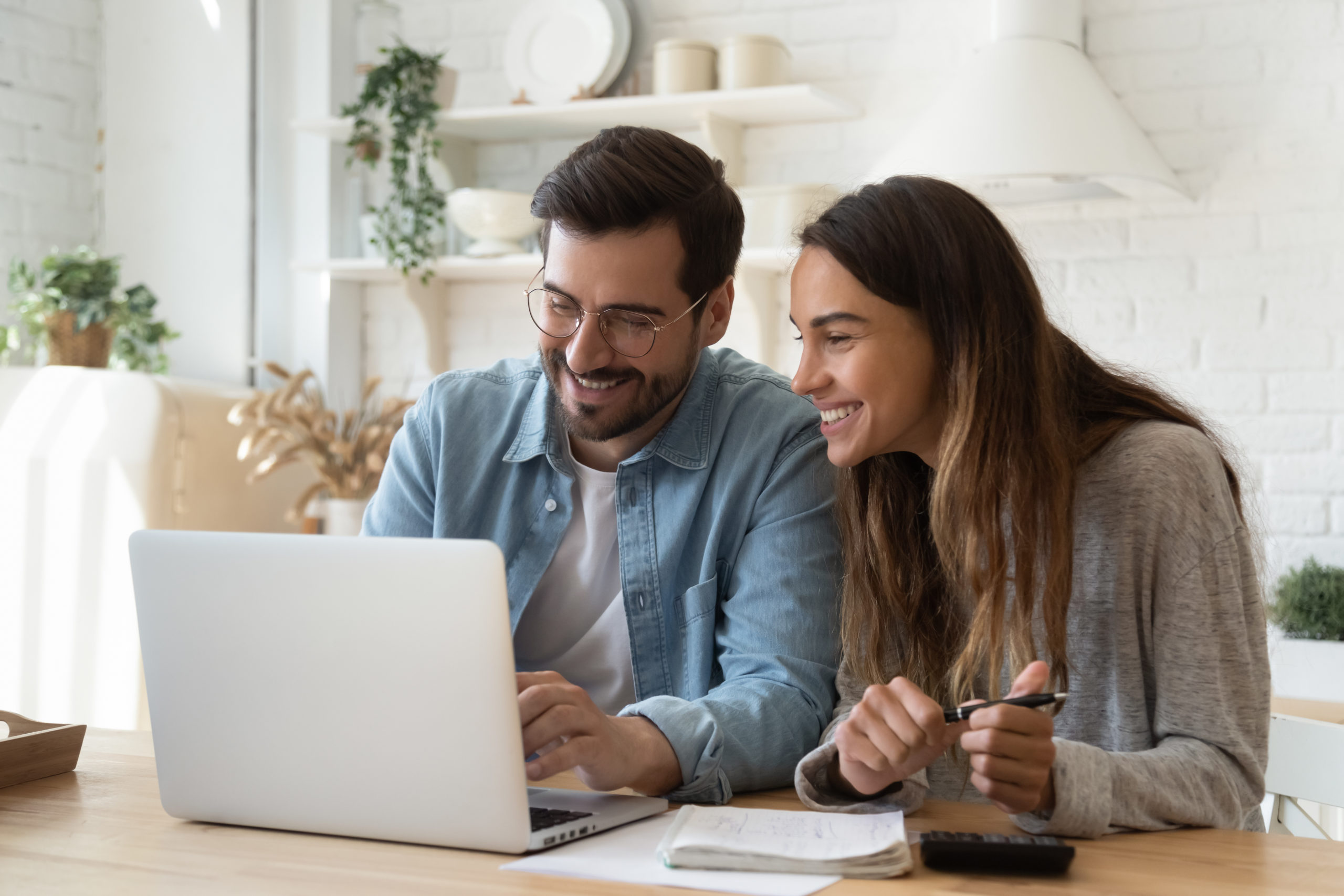 kredyt oddluzeniowy - para skladajaca wniosek o kredyt online